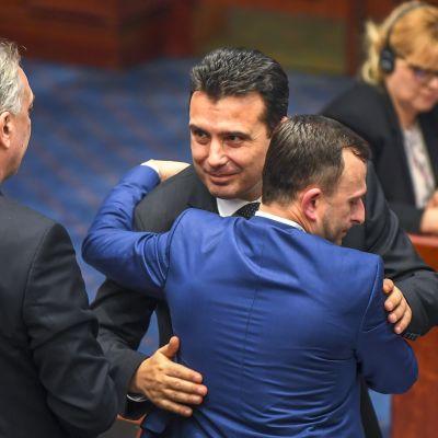 Makedonian pääministeri Zoran Zaev halasi parlamentaarikkoja ratkaisevan äänestyksen jälkeen.