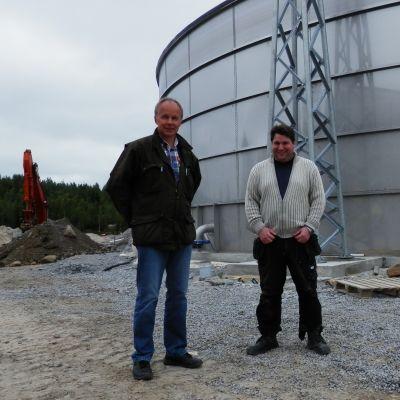 VD Kurt Stenvall och driftsingenjör Janne Käld vid Jeppo Biogas Ab