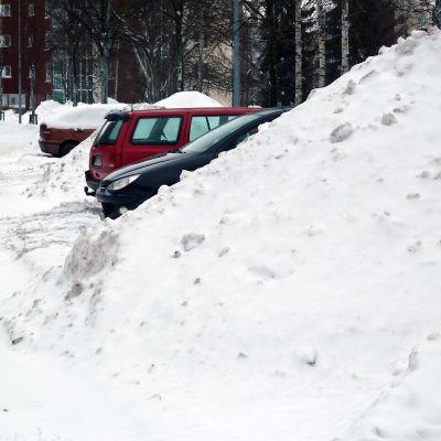 Lumi on tukkinut parkkipaikat.