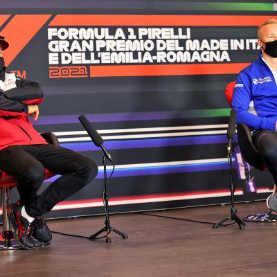 Kimi Räikkonen ja venäläinen Nikita Mazepin F1-mediatentissä 15.4. 2021