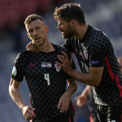 Kroatiska spelare firar ett mål på fotbollsplanen.