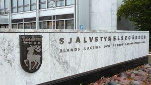 Entré till självstyrelsegården i Mariehamn.
