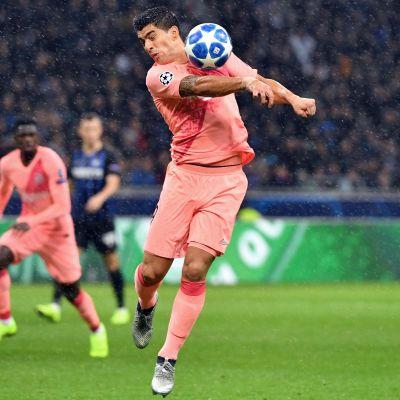 Barcelonan Luis Suarez kuolettaa palloa.