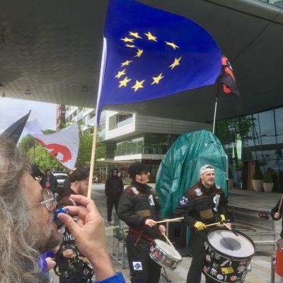En EU-vän deltar i anti-fascisternas demonstration mot Marine Le Pens besök i Bratislava i Slovakien.