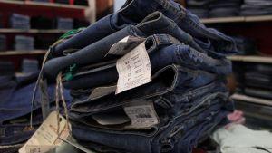 Hög med jeans i butik.