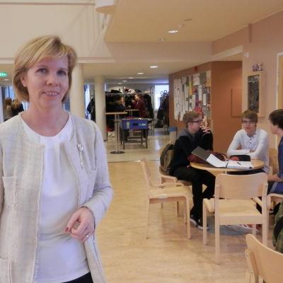 Justitieminister Anna-Maja Henriksson i Jakobstads svenska gymnasium
