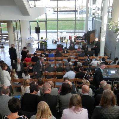 Inbjudna gäster samlas till invigningen av Optimas nybygge i Jakobstad
