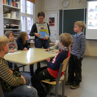 Klasslärare Maria Stenberg i Vestersundsby skola tillsammans med några elever i åk 3