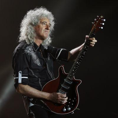 Brian May spelar gitarr på scen i Barcelona 2016.