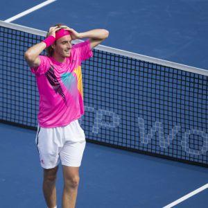 Stefanos Tsitsipas spelar tennis.