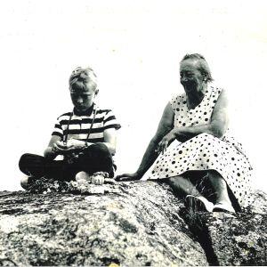 Nuori Tommy Hellsten yhdessä Agnes-isoäidin kanssa Utössa.