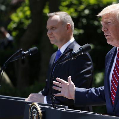 Yhdysvaltain presidentti Donald Trump kertoi lähettävänsä tuhat sotilasta Puolaan. Taustalla Puolan presidentti Andrzej Duda.