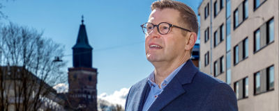 Kimmo Grönlund tittar ut med Åbo domkyrka i bakgrunden.