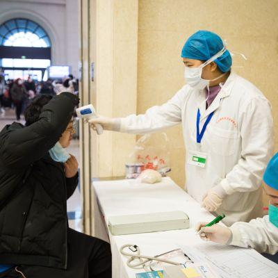 Ansiktsmasker är obligatoriska i mångmiljonstaden Wuhan som i praktiken har försatts i karantän