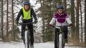 Pekka Tirkkonen ja Ann-Charlotte pyörälenkillä.