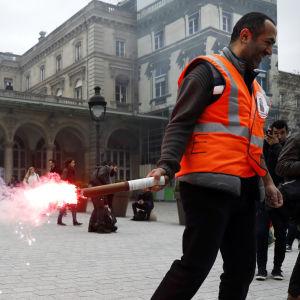 Pprotester utanför tågstationen Gare de l'Est i Paris.