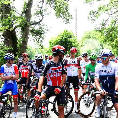 Ranskan ympäriajon pyöräilijät protestoivat kesken neljännen etapin.