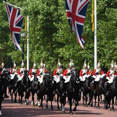 Ratsujoukkoja juhlaunivormuissa Lontoossa.