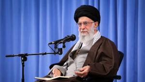 Den högste andlige ledaren Ayatolla Ali Khamenei kallade demonstranter för skurkar som stöds av främmande fientliga makter.