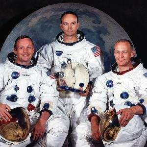 Tre män i rymddräkter. Från vänster Neil Armstrong, Michael Collins och Buzz Aldrin.