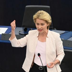 Ursula von der Leyen talar till Europaparlamentet i Strasbourg inför kvällens omröstning.