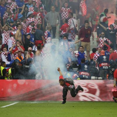 Funktionär framför de kroatiska fansen.