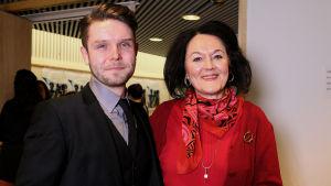 Baritoni Joonas Asikainen suoriutui finaaliin flunssasta huolimatta. Hänen vierellään on hänen lauluopettajansa oopperalaulaja Irja Auroora.