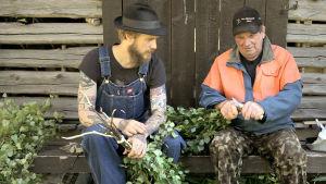 Viktor gör bastukvastar tillsammans med morfar Eero Mäntyranta.