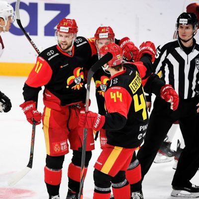 Jokereiden 1–0 maalintekijä Niklas Jensen (vas.), Iiro Pakarinen ja Mikko Lehtonen juhlivat jääkiekon KHL-ottelussa Jokerit - Riian Dinamo.