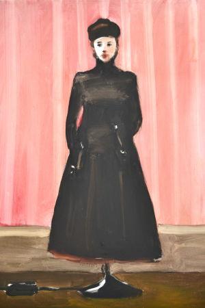 Målning av kvinna i svart dräkt som sitter fast i något som liknar en lampfot.
