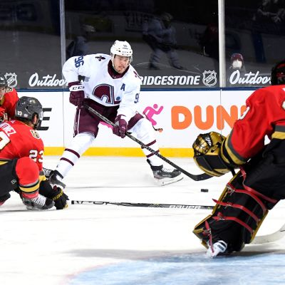 Coloradon Mikko Rantanen yrittää maalintekoa NHL:n ulkoilmaottelussa.