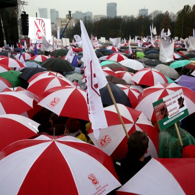 Opettajien mielenosoitusmarssi Varsovassa.