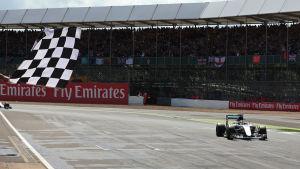 Lewis Hamilton kör i mål på Silverstone