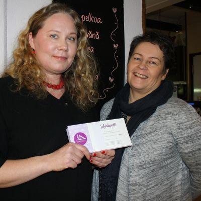 Tiina Alasaari ja Johanna Erholtz Lapin keskussairaalan nuorisopsykiatrian osastolta ottivat lahjoituksen vastaan.