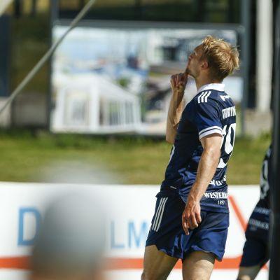 HJK:n Tim Väyrynen juhlii 0-1 maalia jalkapallon miesten Suomen cupin välieräottelussa FC Haka - HJK.