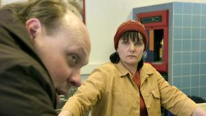 Tarpeetomia ihmisiä -elokuvassa Työttömäksi jäänyt Kari (Hannu-Pekka Björkman) alkaa mustasukkaisesti vainota vaimoaan (Sari Mällinen).