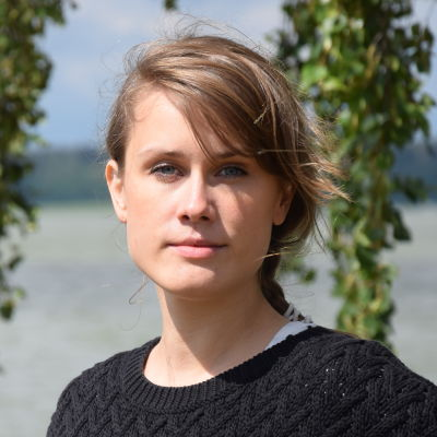 Projektledare Eva-Maria Koskinen vid en strandbjörk