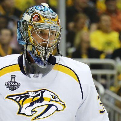 Pekka Rinne ser allvarlig ut.