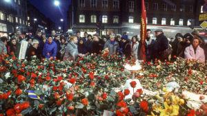 Blomsterhyllning till minne av Olof Palme i Stockholm efter mordet 28.2.1986
