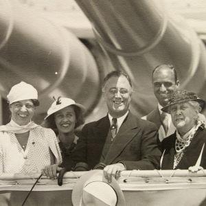 Presidentti Franklin Roosevelt ja rouva Eleanor Roosevelt risteilijä Indianapolisin kannella 1934