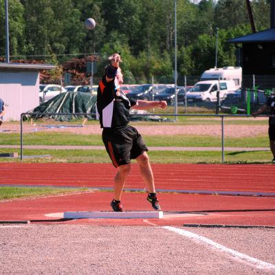 Tomas Söderlund stöter iväg kulan.