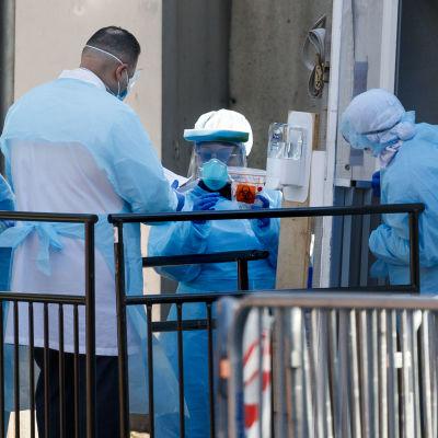 Terveydenhuollon henkilöstöä työskentelee koronavirus-testauspaikalla.
