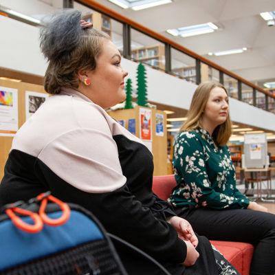 Tiia Kettunen ja Katri Kankaanpää istuvat kirjaston sohvalla Lappeenrannassa.