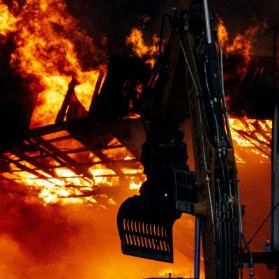 Bilverkstad brinner.