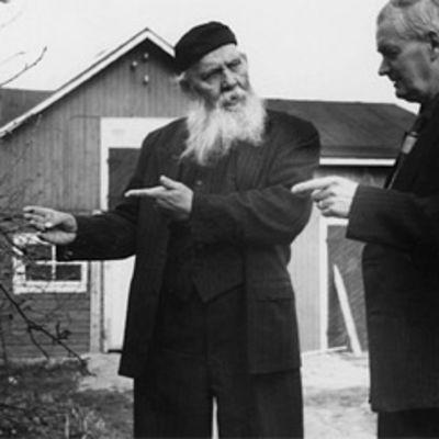 Kirjailija F. E. Sillanpää ottaa vieraan vastaan kotonaan 50-luvulla