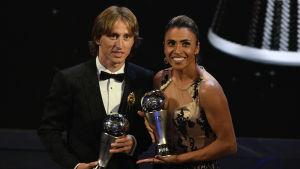 Luka Modric och Marta poserar med sina pokaler.