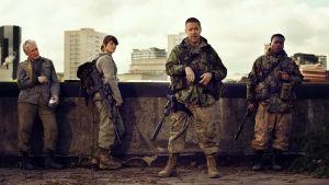 Dr Caldwell (Glenn Close), Helen Justineau (Gemma Arterton), sergeant Park (Paddy Considine) och soldat Gallagher (Fisayo Akinade) står uppe på ett tak.