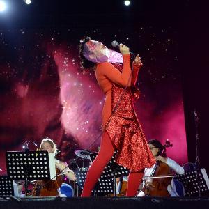 Björk esiintymässä Berliinissä vuonna 2015