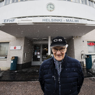 Entinen mekaanikko Antti Laurila Malmin lentokentän edessä lumisateessa sen viimeisenä toimintapäivänä 14. maaliskuuta.