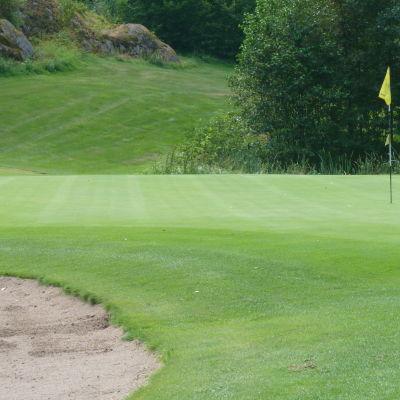 Golfgreenen är i skick vid Bodom gård.